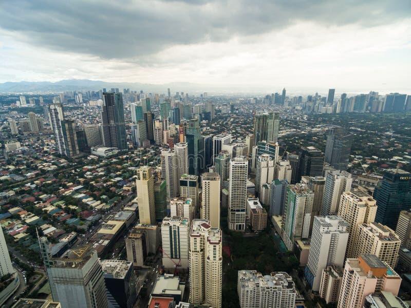 Arquitetura da cidade de Manila, cidade de Makati com construções do negócio e céu nebuloso filipinas Arranha-céus no fundo foto de stock