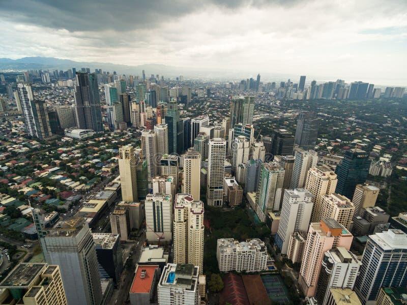 Arquitetura da cidade de Manila, cidade de Makati com construções do negócio e céu nebuloso filipinas Arranha-céus no fundo imagens de stock royalty free