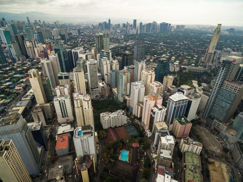 Arquitetura da cidade de Manila, cidade de Makati com construções do negócio e céu nebuloso filipinas Arranha-céus no fundo foto de stock royalty free