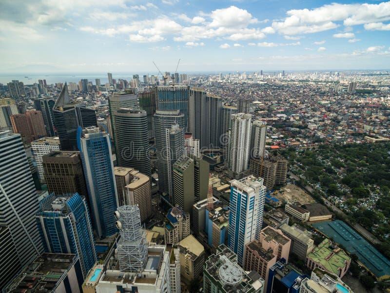 Arquitetura da cidade de Manila, cidade de Makati com construções do negócio e céu nebuloso filipinas Arranha-céus no fundo fotos de stock
