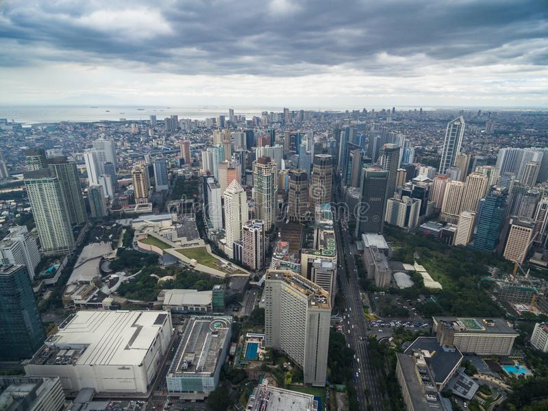 Arquitetura da cidade de Manila, cidade de Makati com construções do negócio e céu nebuloso filipinas Arranha-céus no fundo imagens de stock