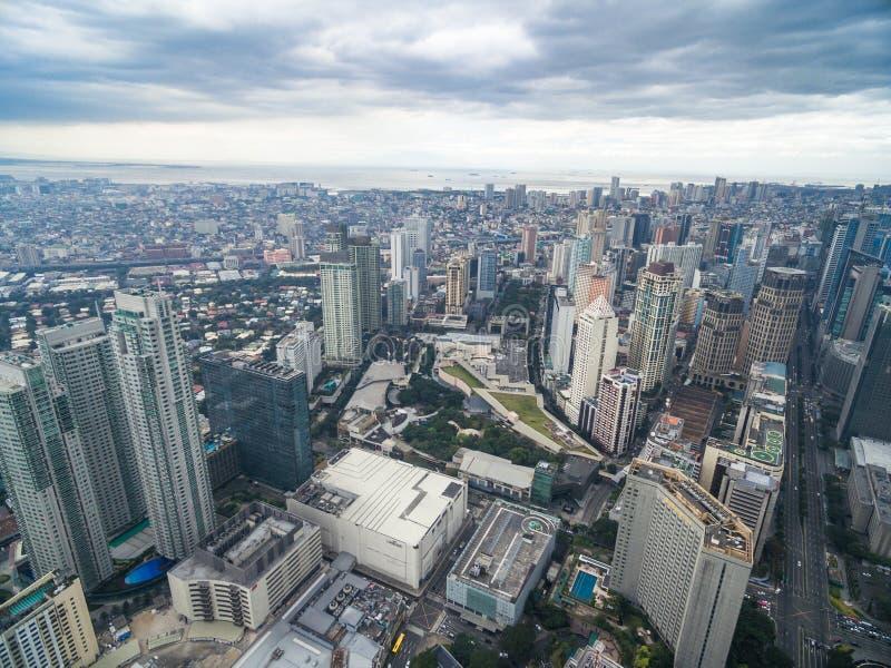 Arquitetura da cidade de Manila, cidade de Makati com construções do negócio e céu nebuloso filipinas Arranha-céus no fundo imagem de stock royalty free
