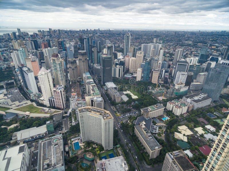 Arquitetura da cidade de Manila, cidade de Makati com construções do negócio e céu nebuloso filipinas Arranha-céus no fundo fotografia de stock