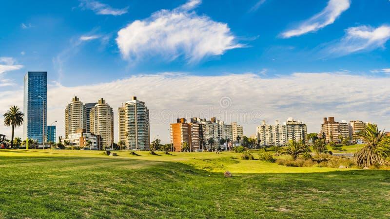 Arquitetura da cidade de Montevideo em horas de verão foto de stock