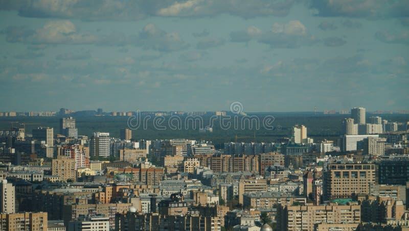Arquitetura da cidade de Moscou, uma mistura das construções contra o céu cinzento no alvorecer fotos de stock royalty free