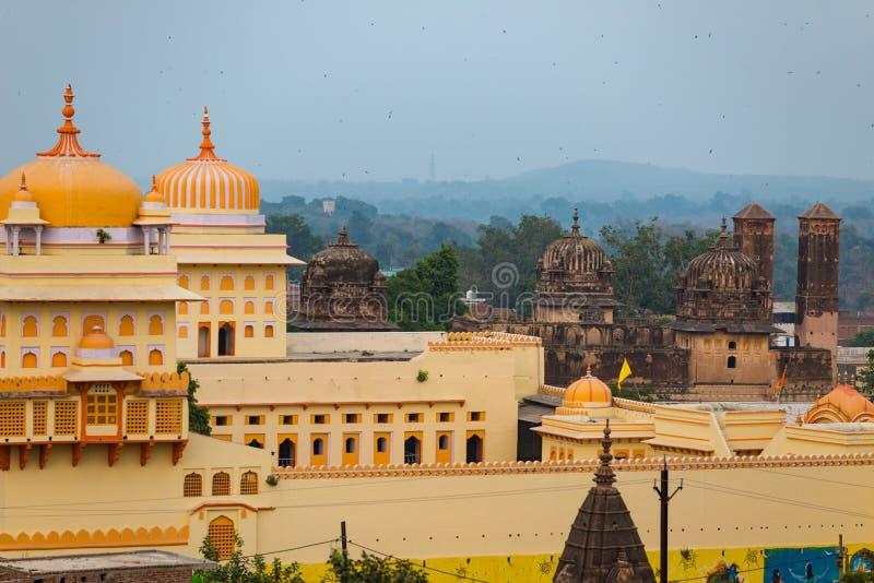 Arquitetura da cidade de Orchha, templo amarelo de Ram Raja do kitsch Orcha igualmente soletrado, destino famoso do curso em Madh foto de stock