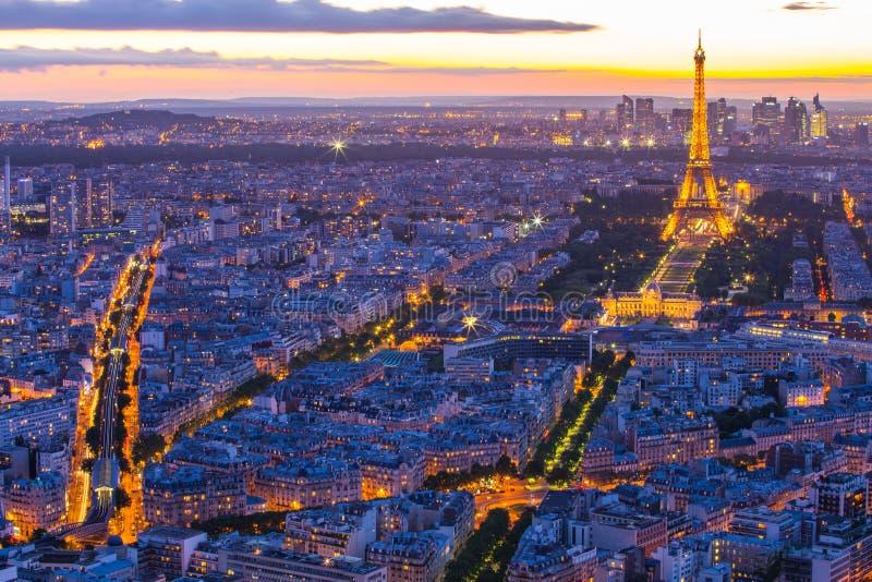 Arquitetura da cidade de Paris com a torre Eiffel na noite em Paris, França fotos de stock