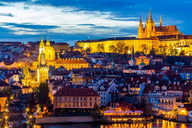Arquitetura da cidade de Praga com o castelo na noite, República Checa fotos de stock