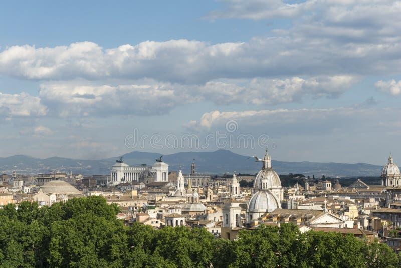 Arquitetura da cidade de Roma com monumentos e abóbadas fotografia de stock
