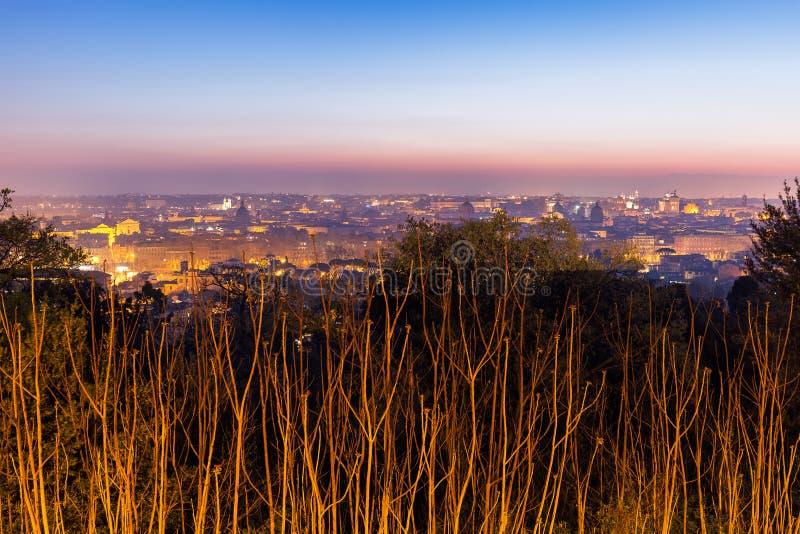 Arquitetura da cidade de Roma, Itália, no por do sol no outono, uma vista do monte de Gianicolo Janiculum foto de stock royalty free