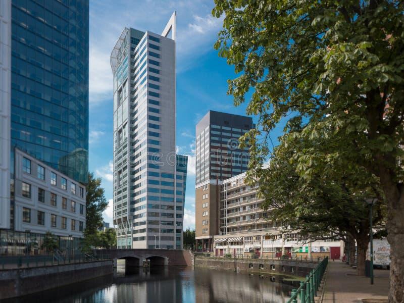 Arquitetura da cidade de Rotterdam com canal e construções imagem de stock royalty free