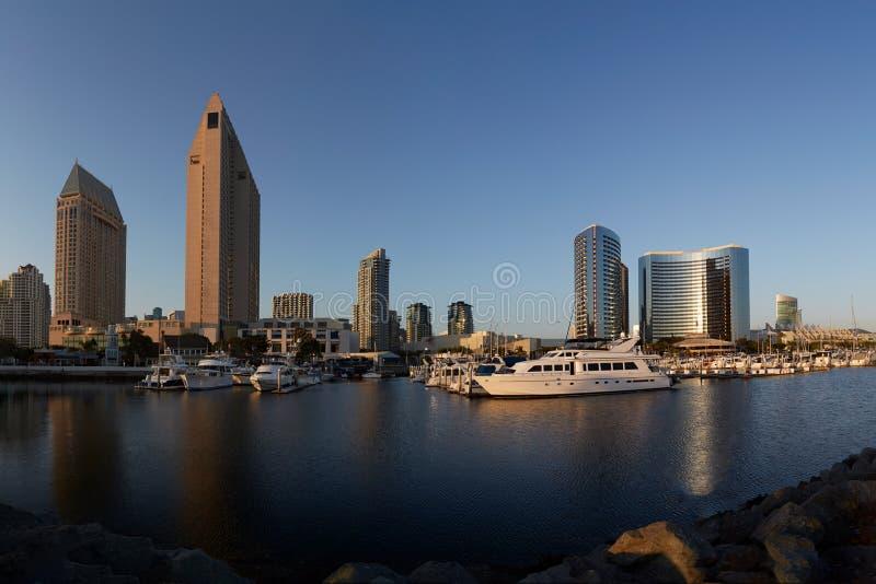 Arquitetura da cidade de San Diego e opinião da baía foto de stock