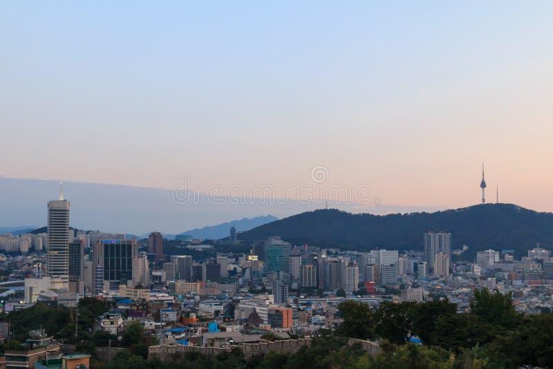 arquitetura da cidade de Seoul com por do sol bonito, capital de Coreia do Sul fotografia de stock