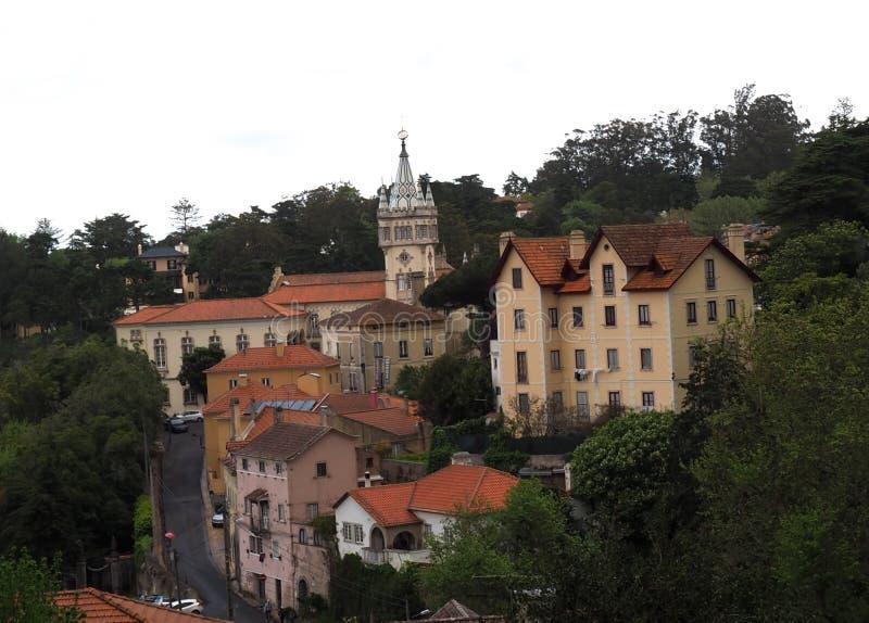 Arquitetura da cidade de Sintra Portugal com torre da igreja fotografia de stock