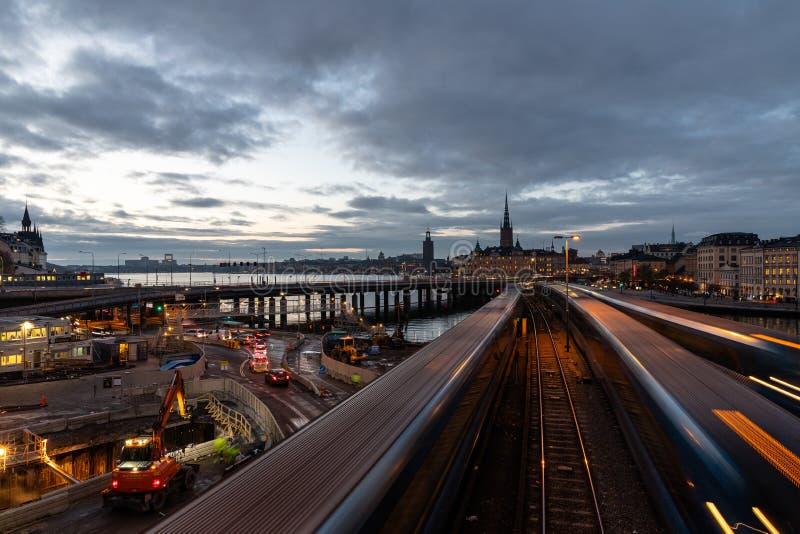 Arquitetura da cidade de Slussen, Éstocolmo central da noite fotos de stock royalty free