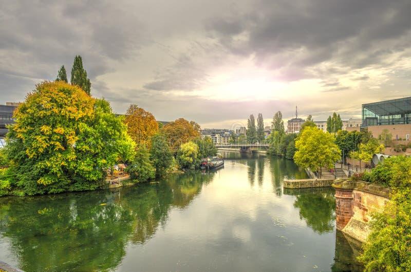 Arquitetura da cidade de Strasbourg no por do sol e no rio doente em outubro, França fotografia de stock
