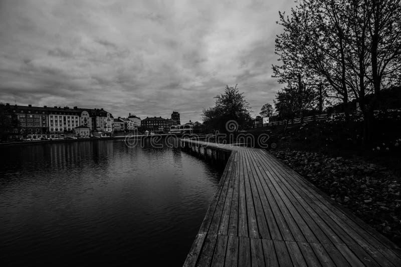 Arquitetura da cidade de Swedeish - Maren Lake em Soedertaelje, Suécia imagem de stock