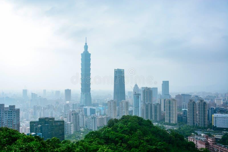 Arquitetura da cidade de Taipei em um dia nebuloso e nevoento tomado do ponto de vista da montanha do elefante fotografia de stock