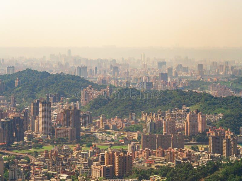 Arquitetura da cidade da cidade de Taipei na névoa com luz solar dourada da gôndola de Maokong foto de stock royalty free