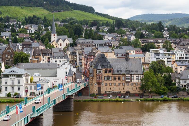 Arquitetura da cidade de Traben-Trarbach com os povos e os carros que cruzam a ponte sobre o rio Moselle fotografia de stock royalty free