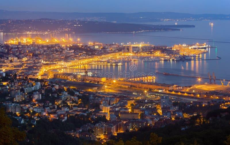 Arquitetura da cidade de Trieste na noite atrasada imagem de stock royalty free