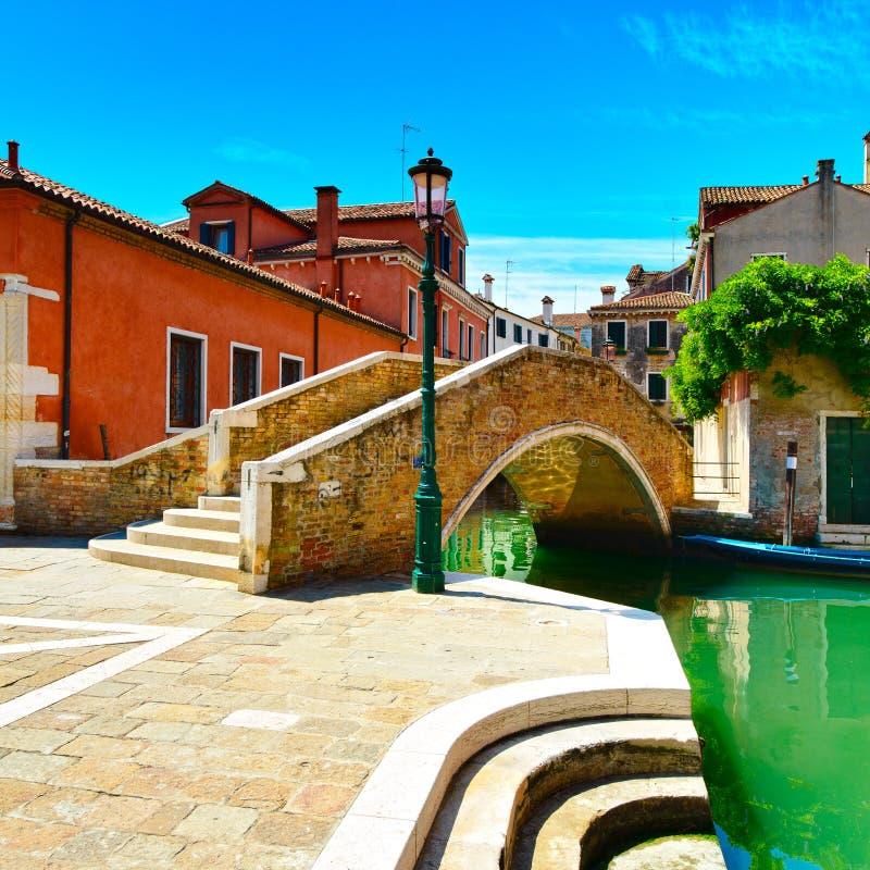 Arquitetura da cidade de Veneza, canal da água e ponte. Itália fotos de stock royalty free