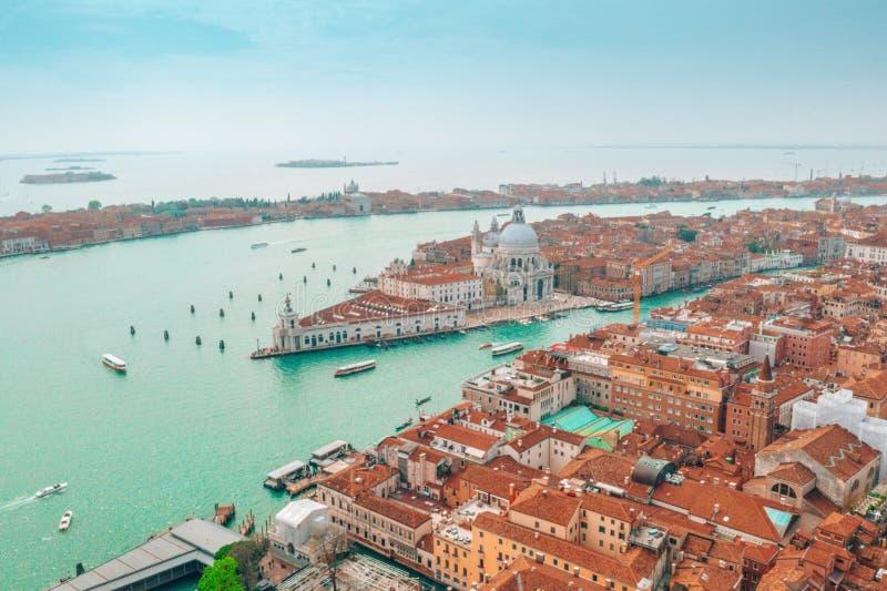 Arquitetura da cidade de Veneza com igreja de Santa Maria della Salute imagem de stock royalty free