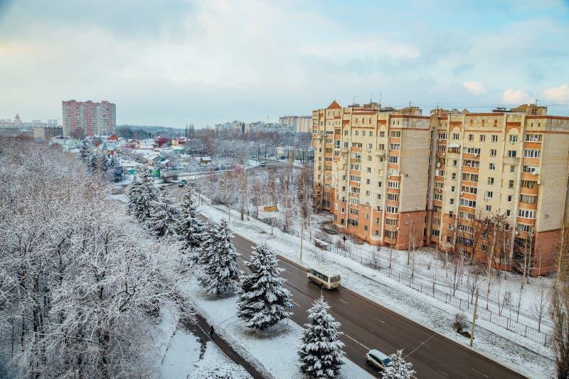 Arquitetura da cidade de Voronezh do inverno Árvores congeladas em uma floresta coberta pela neve perto das casas modernas na cid fotografia de stock