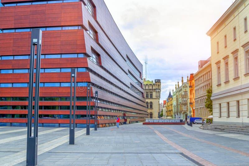 Arquitetura da cidade de Wroclaw com as casas históricas coloridas e fórum nacional da música imagem de stock