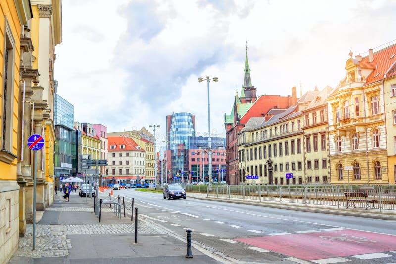 Arquitetura da cidade de Wroclaw com as casas históricas velhas e prédios de escritórios modernos imagem de stock royalty free