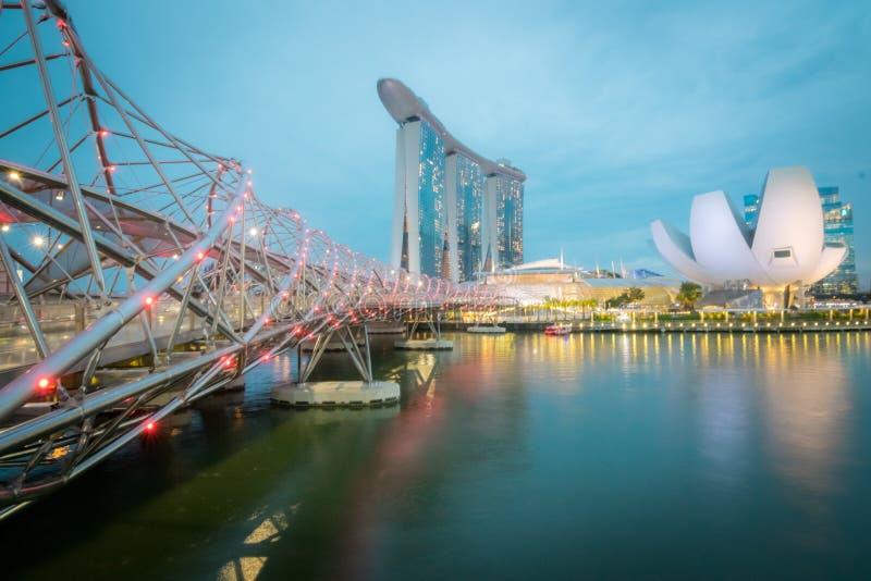 Arquitetura da cidade do brige e da Marina Bay Sands da hélice em Singapura na noite foto de stock royalty free
