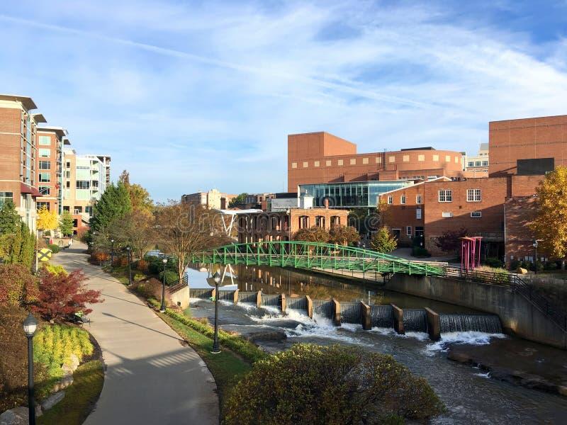 Arquitetura da cidade do centro de Greenville, South Carolina, EUA ao longo de Reedy River fotografia de stock
