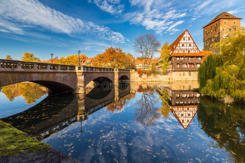 arquitetura da cidade do espelho do Pegnitz-outono do Nuremberg-Alemanha-rio imagem de stock royalty free