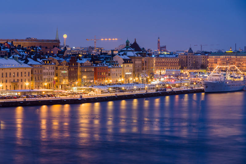 Arquitetura da cidade do inverno da noite de Éstocolmo, Suécia fotografia de stock