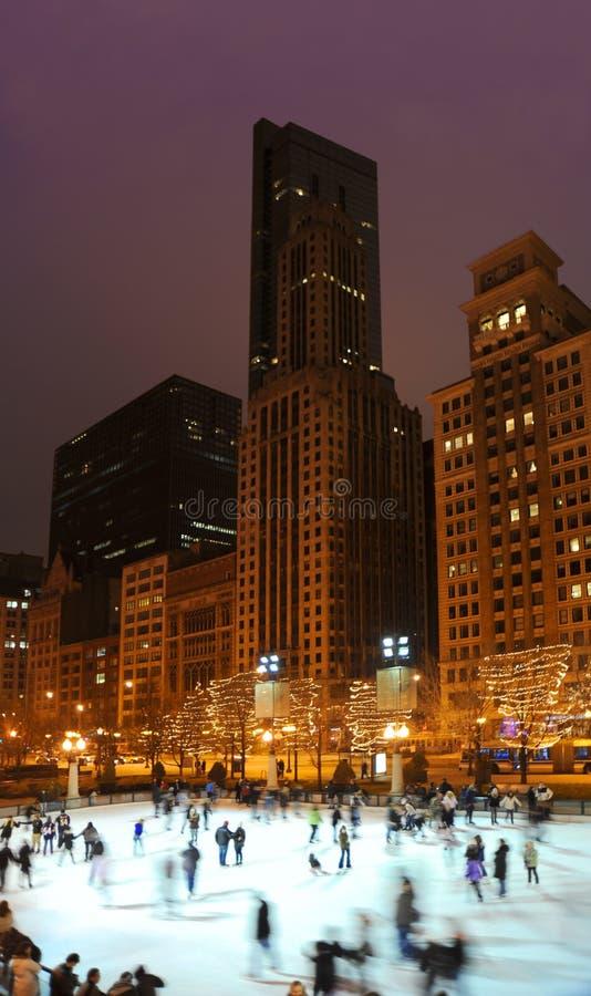 Arquitetura da cidade do inverno de Chicago com luzes da patinagem no gelo e do feriado fotos de stock
