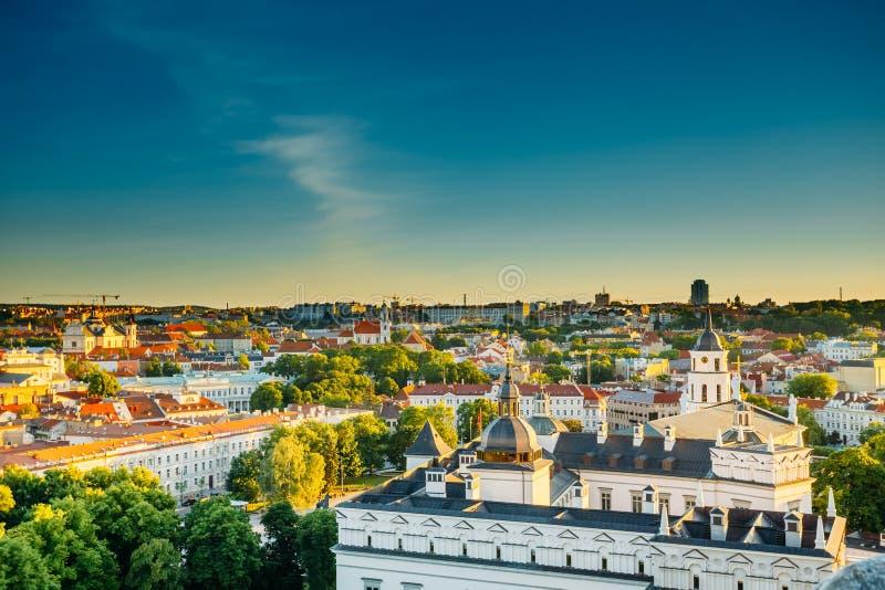 Arquitetura da cidade do nascer do sol do por do sol de Vilnius, Lituânia dentro foto de stock