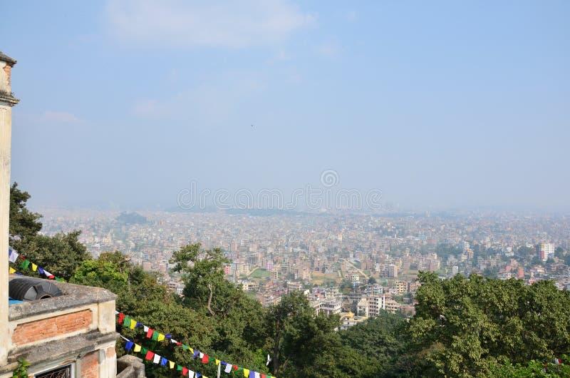 Arquitetura da cidade do olhar de Kathmandu Nepal no templo de Swayambhunath imagem de stock royalty free