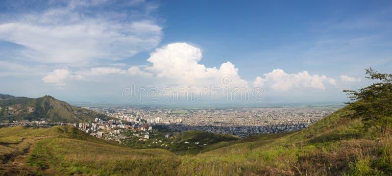 Arquitetura da cidade do panorama da luz do dia de Cali, Colômbia foto de stock