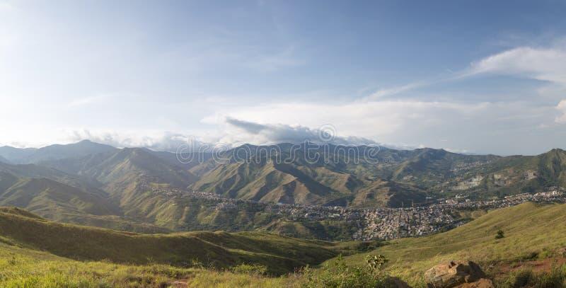 Arquitetura da cidade do panorama da luz do dia de Cali, Colômbia imagem de stock