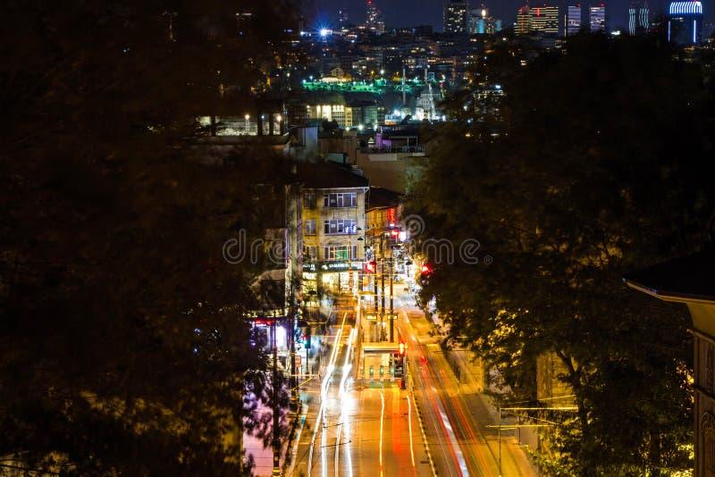 Arquitetura da cidade do tráfego na noite em Istambul foto de stock royalty free