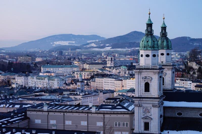 Arquitetura da cidade da cidade e da catedral velhas de Salzburg em Áustria fotografia de stock