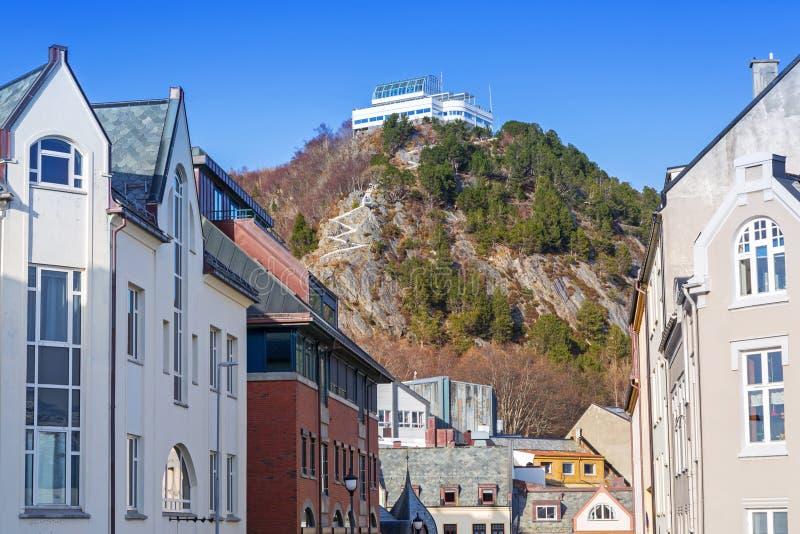 Arquitetura da cidade e do monte do ponto de vista de Alesund, Noruega imagens de stock royalty free