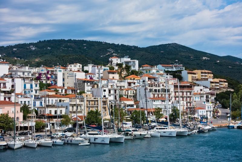 Arquitetura da cidade da cidade e do porto de Skiathos do mar na manhã imagem de stock