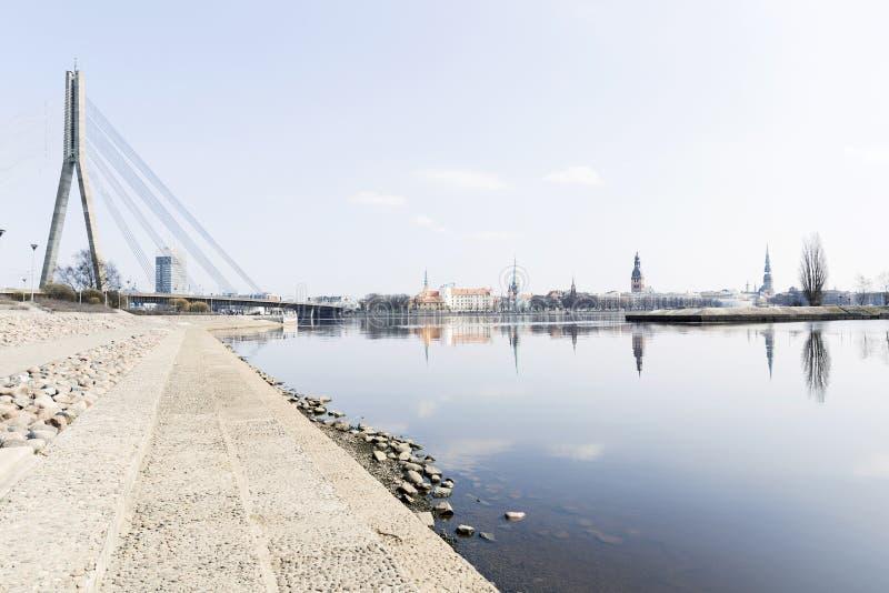 Arquitetura da cidade em Riga, Letónia Vista da costa do rio na cidade feita andando, ao lado do prédio de escritórios fotos de stock
