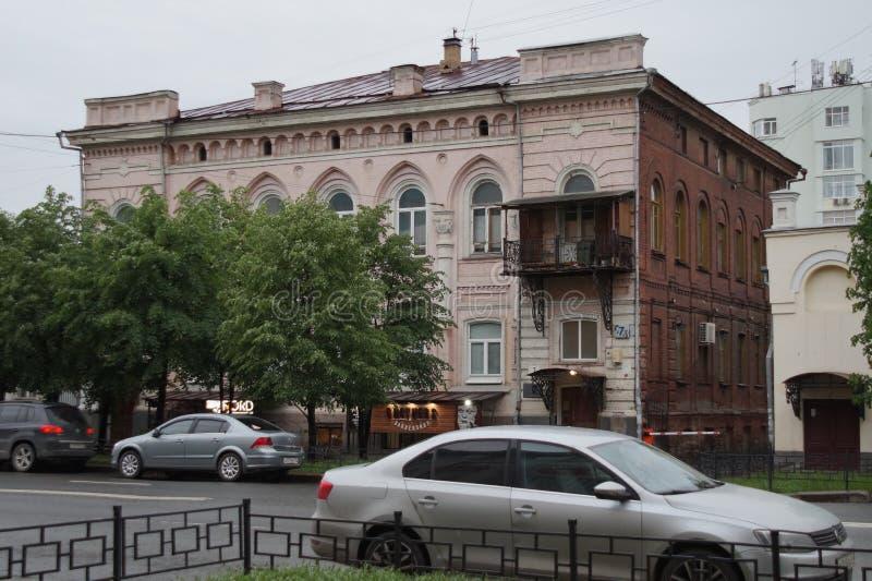 Arquitetura da cidade: fragmento da rua de Malysheva da casa 37 Elementos das gregas e da decoração das construções foto de stock royalty free