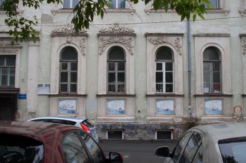Arquitetura da cidade: fragmento da rua de Pushkin da casa 24 Elementos das gregas e da decoração das construções fotografia de stock royalty free