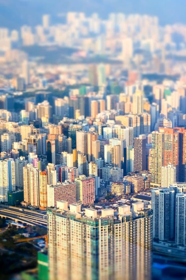 Arquitetura da cidade futurista abstrata Hon Kong Efeito do deslocamento da inclinação imagens de stock