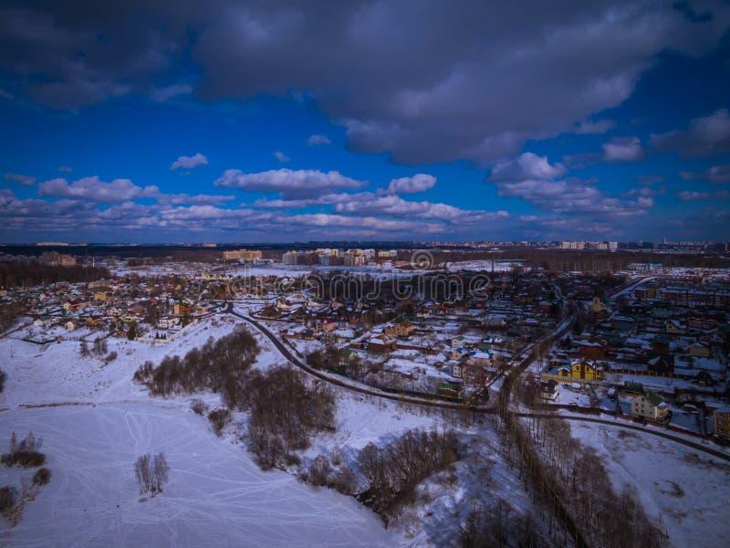 Arquitetura da cidade impressionante do inverno em uma cidade de Europa do leste foto de stock