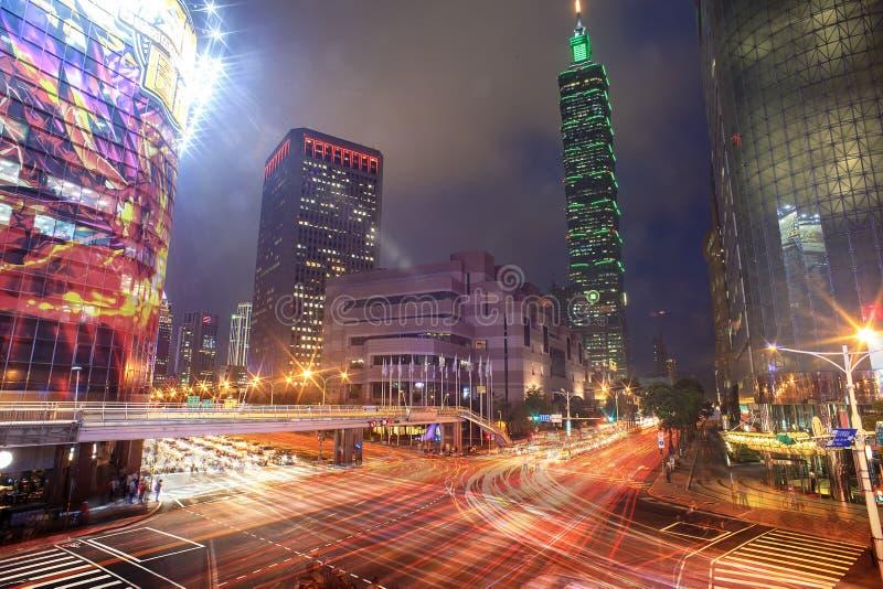 Arquitetura da cidade da luz da noite do arranha-céus de Taipei 101 com experimentação clara na rua imagens de stock