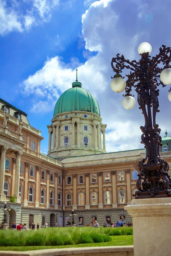 Arquitetura da cidade da mola com Buda Castle histórico bonito em Budapest Hungria imagem de stock royalty free